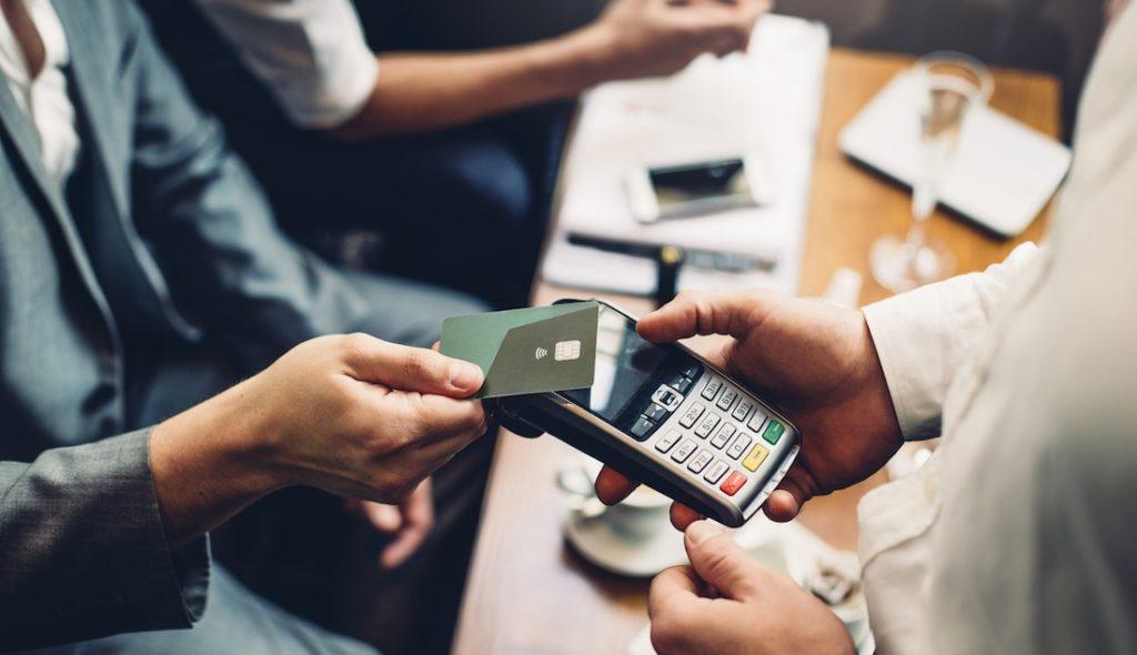 Kontaktloses Zahlen – Klarstellungen des EuGH zu Haftungsbeschränkungen in AGB von Bankinstituten